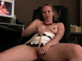 Mother can\'t hide her slutty side
