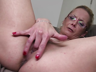 DAMN HOT mature mom needs a good fuck