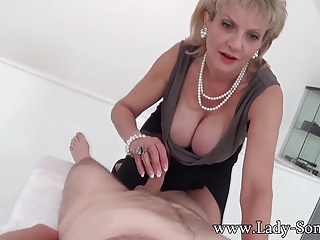 MILF Laddie Sonia with pre-eminent timer Massage gaming-table Handjob
