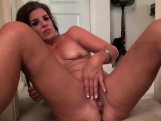 Pantyhosed milf Lauren makes say no to pussy crimson with delight
