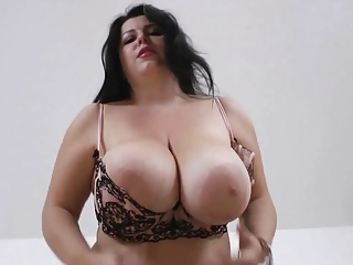 dominate curvy goddess exposes the brush huge on the up boobs