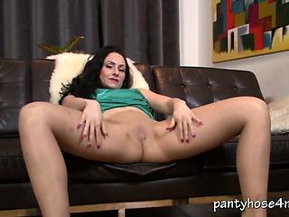 British slut gives pantyhose pleasure