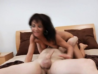 Voracious pussy be expeditious for mature honey gets very much treatment