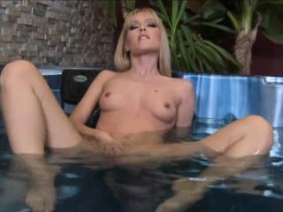 Blonde pleasuring here the bathtub