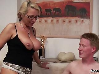 Stief-Sohn mit Riesen Pimmel fickt seine Mutter