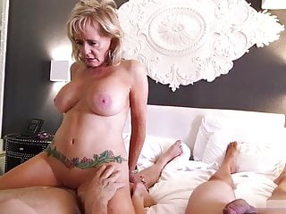 Mature Mom takes distance off making out wide a threesome