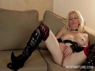 Blonde mature rubbing cunt on couch